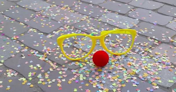 Karnevál - szemüveget álcázzák, hab anyaga és egy aszfaltozott földön - karnevál koncepció vagy ünnep fogalma - Prores színes konfetti piros álruhában orra