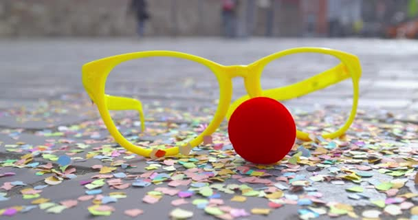 Miután a fél - konfetti, álruhában szemüveg és egy piros leplezésére orrát, a hab anyaga egy burkolt földön - karnevál koncepció vagy ünnep fogalma - Prores