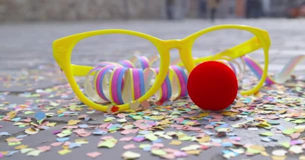 -Konfetti, szemüveget álcázzák, vörös orr és szerpentin - farsangi karnevál koncepció vagy ünnep fogalma - Prores