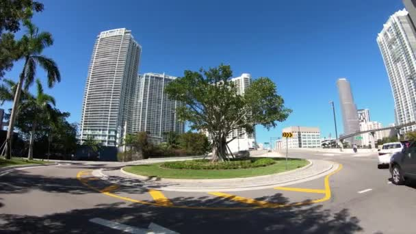 Miami, Florida Usa - 29 ledna 2019: Super vysoké rozlišení pohybu časosběrné video populární čtvrti Brickell s auta a chodci procházející.