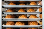 Tálcák, frissen sült croissant-t egy pékség.