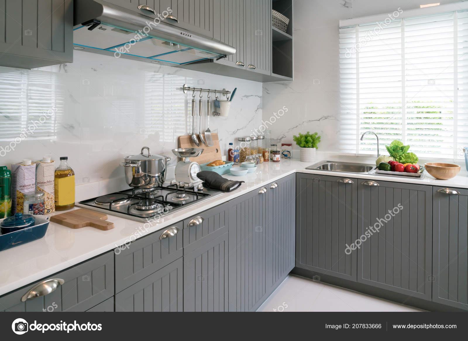 Hölzerne Küchenutensilien Koch Zubehör Kupfer Küche Mit Weißen ...