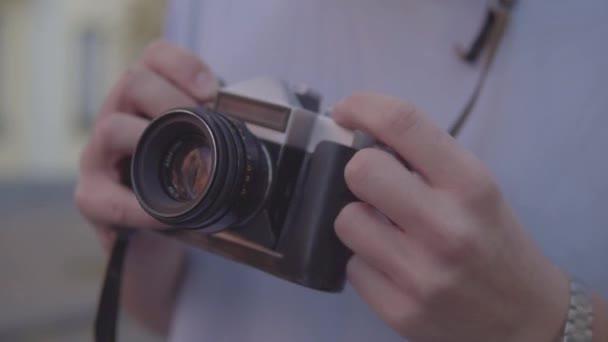 Macchina fotografica depoca impostazione di ragazzo e prende le immagini