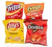 Česká, Wi - 4 listopadu 2018: čtyři sáčky Frito Lay čipů včetně klasické bramborové, Doritos nacho sýr, cheetos křupavé a Fritos původní kukuřičnými chipsy na izolované pozadí.