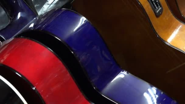 Poros gitár boltban állni egy sor, különböző színekben. Music shop