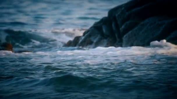 Vlny havárie na skále v moři makra