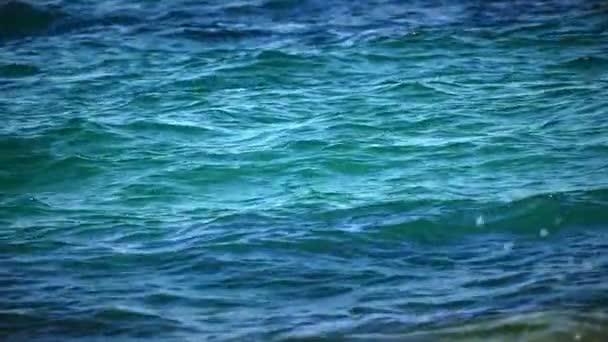 zpomalené vlny modré moře