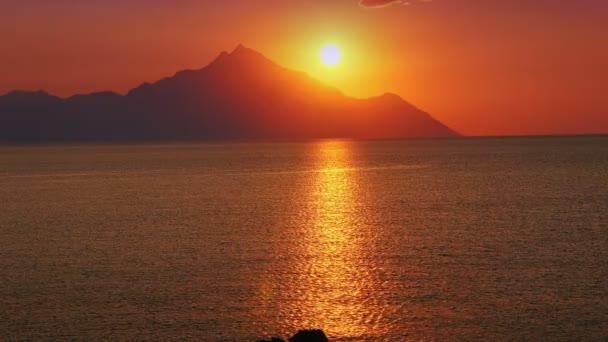 deniz ve dağ 4k üzerinde gündoğumu