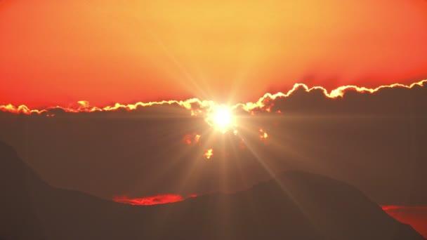 východ slunce nad mořem a horou 4k