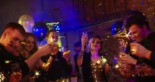 Boldog Új Évet. A fiatalok a robbantás bengáli fények egy diszkóban. Karácsony és újév ünnepli