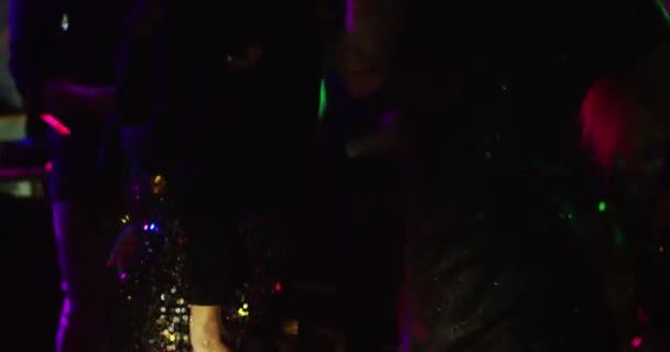 Rock párty! Dvě mladé ženy tančí v centru noční party