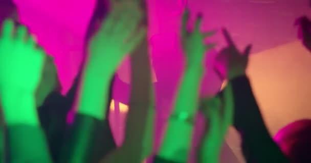 Ruce na večírku ve zpomaleném filmu. Dej ruce do vzduchu! Zábava na párty nebo koncert, festival přátel. Drží se rukou nad jejich hlavami, fandění umělce. Zpomalený záběr