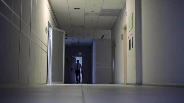 Ingénieur précipite réunion homme reste tard bureau pour terminer
