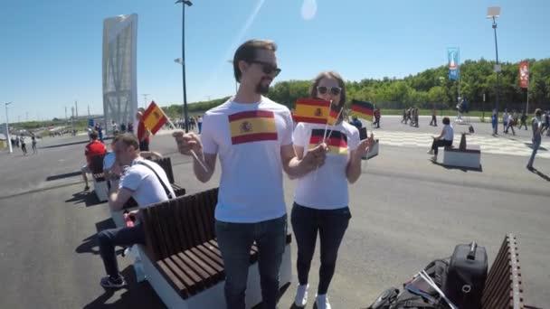 Samara, Rusko - 06.17.2018: Španělské a německé fotbalové fanoušky