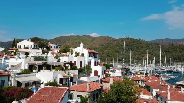 Eski şehrin panoraması. Türkiye'nin Marmaris tatil beldesinin çatılarının en iyi görünümü. Şehrin yukarıdan güzel bir manzara. Marmaris Türkiye manzarasının havadan görünümü