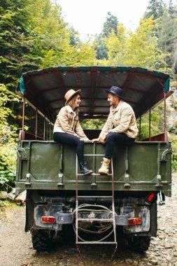 Güzel bir kız ve askeri kamyonda yakışıklı bir adam. Aşk hikayesi. Askeri araç. Askeri moda. Karpat Dağları..