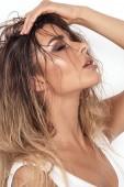 Portrét krása atraktivní ženy v glamour make-up a mokré dlouhé vlasy.