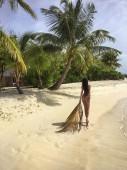 Krásná sexy žena chůze na písečné pláži. Tropický ráj. Letní dovolená.