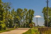 Landschaft Ansicht einer Straße und Eisenbahngleise und Schilder mit einem schönen blauen Himmel