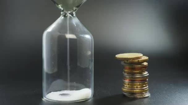 Time Lapse 4K Čas jsou peníze, přesýpací hodiny a peníze zblízka