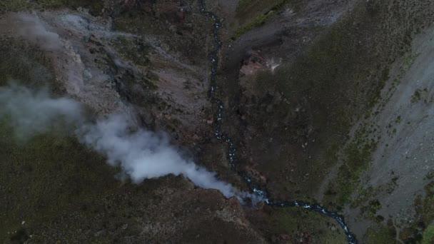 Údolí řeky Covunco s gejzíry v okolí sopky Domuyo. Letecká drone scéně, cenital, pohled shora, nezůstává v klidu. Pohyb vodní páry z gejzírů vzestupné údolí. Neuquen, Patagonie