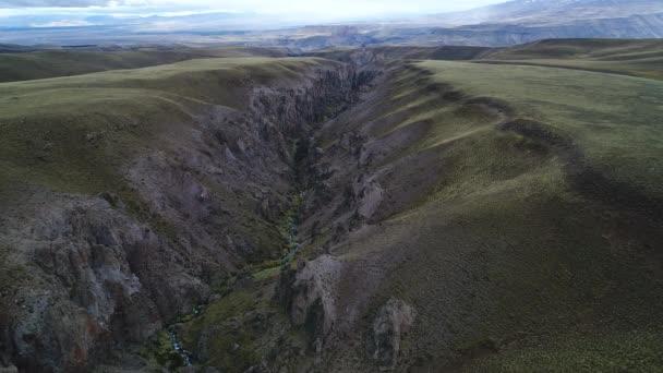 Detail Covunco údolí řeky v okolí sopky Domuyo. Pozadí Andes hor a pastvin v altiplanes. Letecká drone scéně přechod ze strany nad údolím z předního pohledu. Patagonie