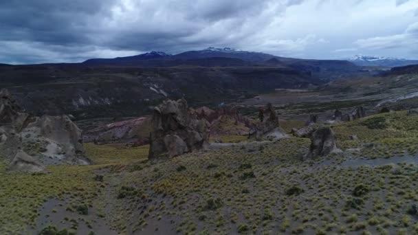 Los Bolillos červené erodované skalní útvar na snímcích horských údolí Varvarco. Andách a řeka v pozadí. Letecká drone scéně směrem k červené útvary kolem skály v krajině