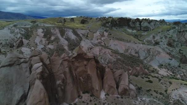 Los Bolillos, červená erodované skalní útvar, na snímcích horských údolí Varvarco. Barevné horami v pozadí. Letecká scéna bude předává předávání nad podivné útvary na skalnaté krajině