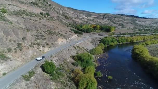 Letecká drone scéně řeky Pulmari skály, stepní, hory, stromy, silnice a van sledování a vozí přívěsu. Fotoaparát posunuli dál