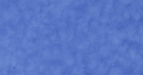 Jelenet a kis homogén felhők eloszlása, amely az ég, de hagyta a kék ég, úgy tűnik, lassan halad a szél.
