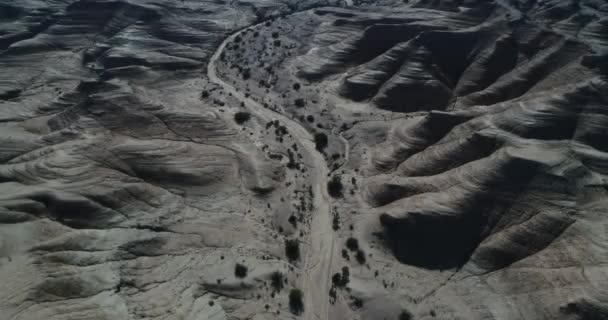 Légi drone jelenet, valamint a geológiai képződmények, erodált sandrock hegyek, vízmosások, a Nemzeti Park Talampaya, Világörökség, La Rioja. Kamera felülnézet halad előre a száraz folyón