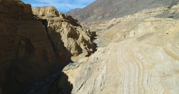 Letecká drone scéně Ocre kaňonu v Famatina horách, žluté řeky. Kamera uvnitř kaňonu přenášena Zlaté řeky, kolem zdi a skály. Panoramatický pohled erodované krajiny. La Rioja