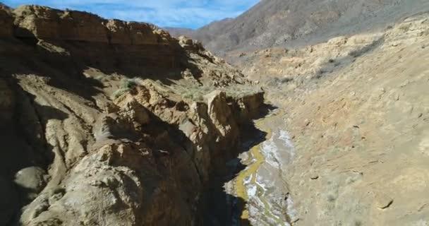 Letecká drone scéně Ocre kaňonu v Famatina horách, žluté řeky. Fotoaparát cestuje zpět uvnitř kaňonu Zlaté řeky kolem zdi, útesy stoupá do panoramatický pohled erodované krajiny