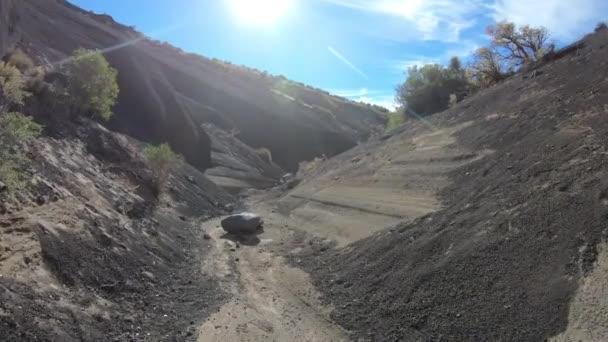 Chůze uvnitř sopky malacara šedá trosky, suché řeky vocanic výpovědí. Šedé úzké stěny geologická formace. Mendoza, Argentina.