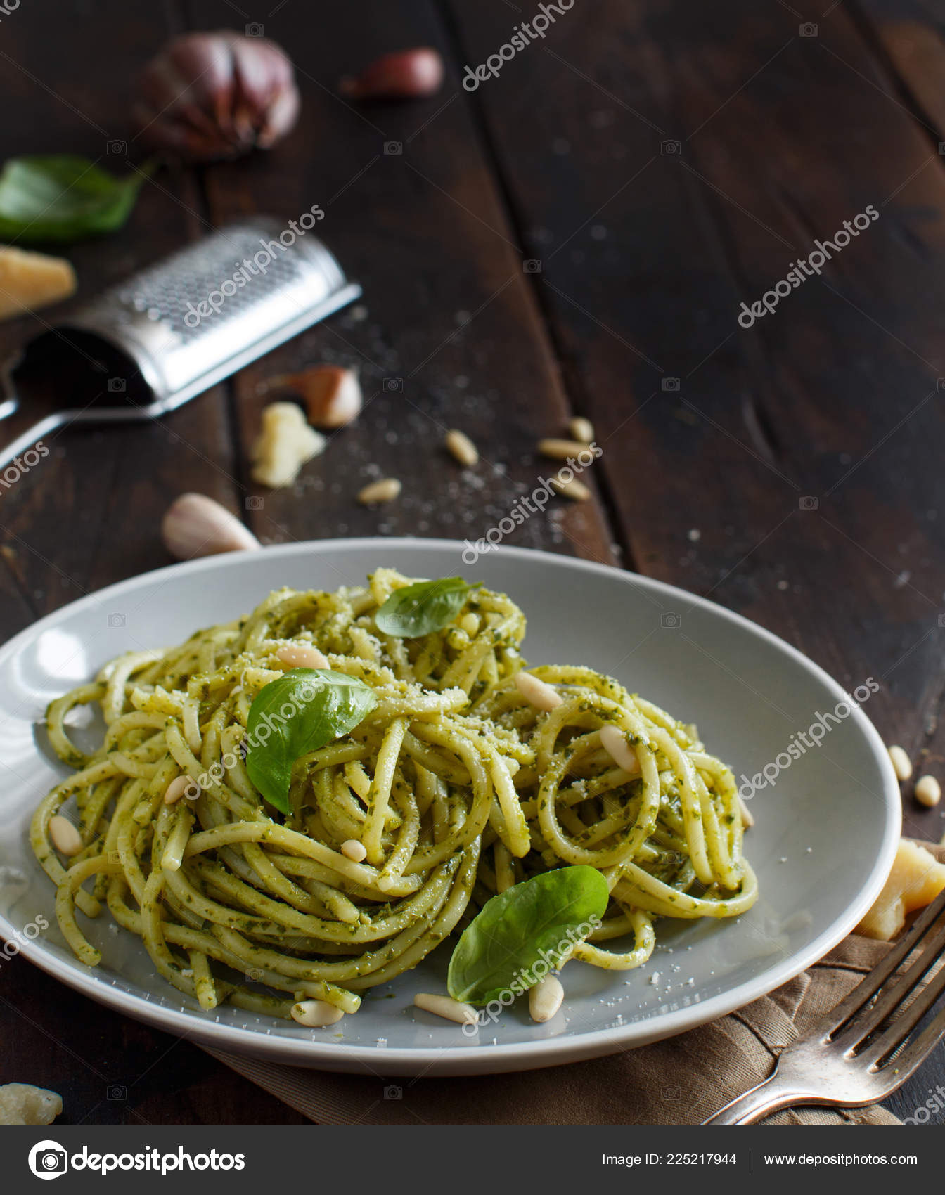 spaghetti nudeln mit pesto sauce basilikum pinienkernen. Black Bedroom Furniture Sets. Home Design Ideas