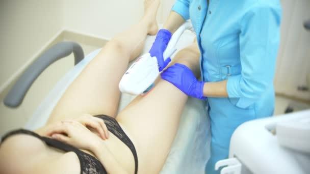 Laserové odstranění chloupků. Doktor v rukavicích. 4k, detail