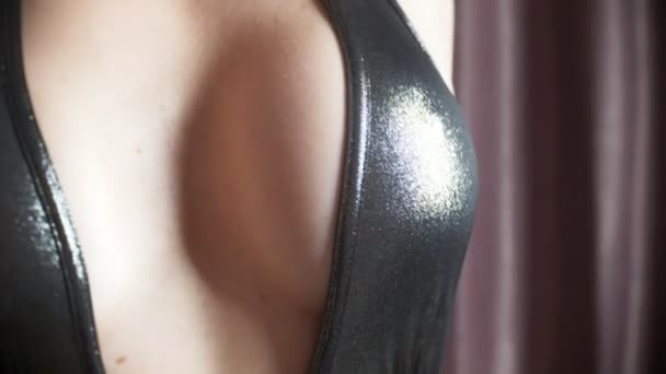 ein heißes verführerische Modell in einem Mini-Kleid, eine erotische private Tanz. schlanken Körper und große Titten. 4k