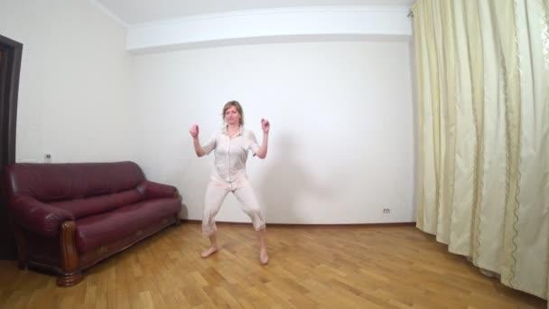 felnőtt nő táncok otthon, 4k