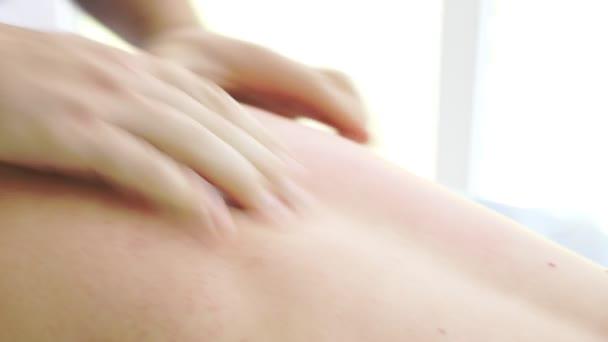 Mužské masáž terapeut masáž pro ženy, anticelulitidní masáže. 4k, detail