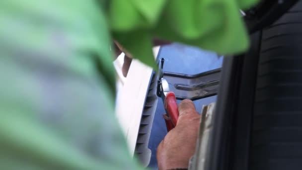 zblízka. z rukou mechaniky, kteří odebere nárazníku auta, on opraví auto. 4k