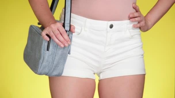 Dívka v džínové šortky s módními doplňky. džínovina zaměřovače. Letní svěží styl