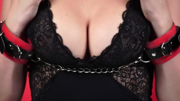 Topless krásy ženského těla pokrývající její prsa. 4 k. detail. Zpomalený pohyb. Žena s velkou hruď hladí její prsa. spoutaný. Bdsm