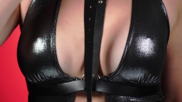 Oben ohne Schönheit Frauenkörper bedeckt ihre Brust. 4k. Nahaufnahme. Zeitlupe. eine Frau mit großen Brüsten streichelt ihre Brüste. Gag. bdsm