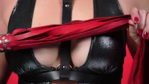 Oben ohne Schönheit Frauenkörper bedeckt ihre Brust. 4k. Nahaufnahme. Zeitlupe. eine Frau mit großen Brüsten streichelt ihre Brüste. Peitsche. bdsm