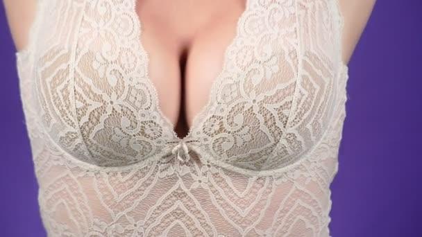 Topless krásy ženského těla pokrývající její prsa. detail. 4k, pomalý pohyb