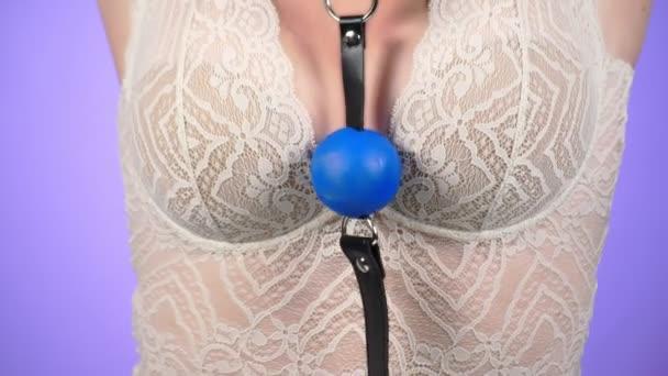 Topless krásy ženského těla pokrývající její prsa. 4 k. detail. Zpomalený pohyb. Žena s velkými prsy hladí její ňadra. roubík. Bdsm