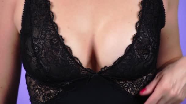 Oben ohne Schönheit Frauenkörper bedeckt ihre Brust. Nahaufnahme. 4k, Zeitlupe