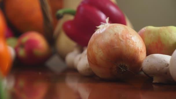 Őszi szüreti vagy Hálaadás, bőségszaru töltött zöldségek, zöldség ömlött ki a kosárból az asztalon. 4k, dolly lövés