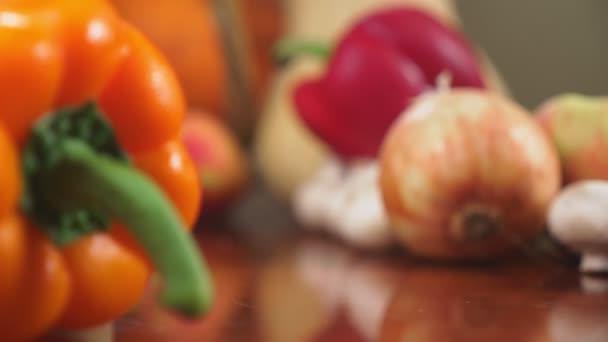 Podzimní sklizeň nebo díkůvzdání, roh hojnosti naplněný zeleninou, zelenina se mu vysypaly koš na stůl. 4k, dolly shot