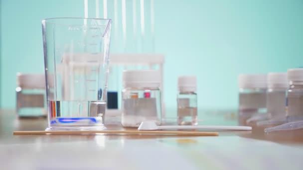 kémiai kísérletek, laboratóriumi reagensek kémcsövekbe. 4k, közeli